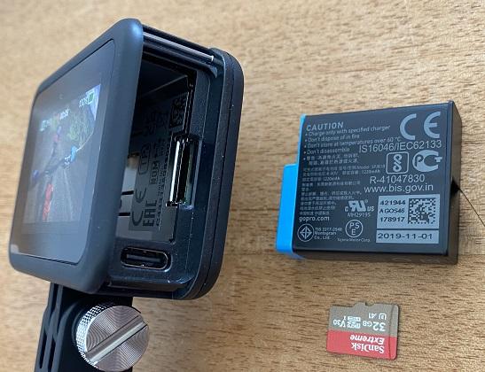 GoPro HERO8は右側面のカバーを外してバッテリーとマイクロSDカードを挿入する