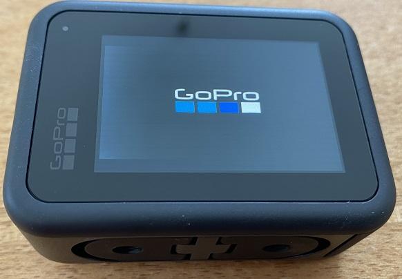 GoProの電源が入れば画面にGoProロゴが表示されます