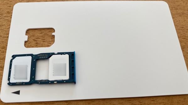 台紙からSIMカードを外してトレイに装着します